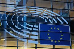 Il segno e l'UE inbandierano il simbolo sull'esterno di costruzione della Commissione Europea Immagine Stock