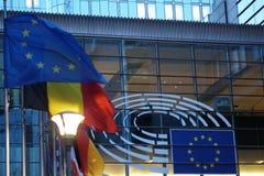 Il segno e l'UE inbandierano il simbolo sull'esterno di costruzione della Commissione Europea Fotografie Stock Libere da Diritti