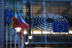 Il segno e l'UE inbandierano il simbolo sull'esterno di costruzione della Commissione Europea Fotografia Stock