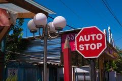 Il segno ed il cielo blu rossi della strada del fanale di arresto Fotografia Stock