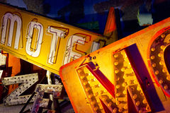 Il segno ed il neon scartati del motel di Las Vegas segna la I con lettere Immagini Stock