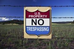 Il segno indica la proprietà degli Stati Uniti, NESSUN VIOLARE, Ojai, la California, U.S.A. Fotografia Stock Libera da Diritti