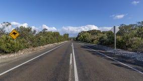 Il segno indica il pericolo dei canguri d'attraversamento su una strada nell'isola del canguro, Australia del sud immagine stock