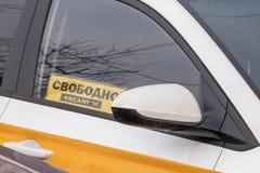 Il segno libero in una finestra di automobile del taxi ha visualizzato liberamente, prendendo il taxi immagini stock