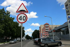 Il segno limite di velocità 40 del segno di limite della gobba Immagine Stock Libera da Diritti