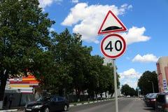 Il segno limite di velocità 40 del segno di limite della gobba Immagini Stock Libere da Diritti