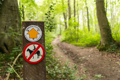 Il segno permissivo del sentiero per pedoni e nessun'equitazione firmano Immagini Stock Libere da Diritti