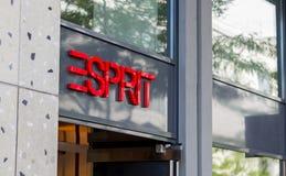Il segno rosso di Esprit sopra la porta del negozio Fotografia Stock