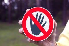 Il segno rosso di proibizione non tocca! immagine stock