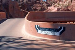 Il segno sbagliato di modo non entra su parcheggio Fotografie Stock Libere da Diritti