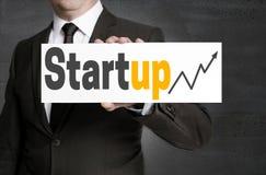 Il segno Startup è tenuto dall'uomo d'affari fotografie stock