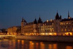 Il Seine alla notte, Parigi, Francia fotografia stock libera da diritti