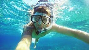 Il selfie subacqueo, uomo si tuffa immergendosi la maschera d'immersione e immergersi in chiaro l'acqua di mare blu archivi video