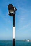 Il semaforo è situato sul ponte attraverso il mare. Immagine Stock Libera da Diritti