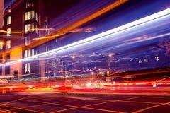 Il semaforo trascina alla notte sulla via occupata della città fotografie stock libere da diritti