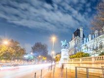 Il semaforo trascina sulle vie alla notte, Parigi della città fotografie stock libere da diritti