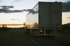 il semi-camion 18-wheeler guida verso ovest su 10 da uno stato all'altro, vicino al Palm Springs, la California, U.S.A. Immagini Stock Libere da Diritti