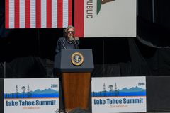 Il senatore Barbara Boxer parla alla ventesima sommità annuale 18 del lago Tahoe fotografie stock