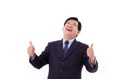 Il senior manager felice e di risata, mezzo ha invecchiato il CEO che dà il pollice su Fotografia Stock