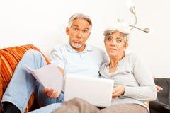 Il ` senior t di Don delle coppie capisce Internet Fotografia Stock