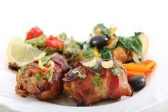 Il seno di pollo arrostito rotola con pancetta affumicata Fotografie Stock Libere da Diritti