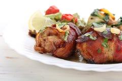 Il seno di pollo arrostito rotola con pancetta affumicata Immagine Stock