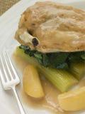 Il seno ed il sedano di pollo hanno cucinato con salsa del sidro Immagini Stock