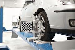 Il sensore di griglia mette il meccanico sull'auto Il supporto dell'automobile con le ruote dei sensori per la curvatura di allin Immagini Stock