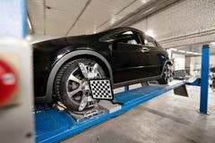 Il sensore di griglia mette il meccanico sull'auto Il supporto dell'automobile con le ruote dei sensori per la curvatura di allin Fotografia Stock