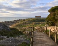 Il sentiero costiero che conduce alla chiesa fotografie stock