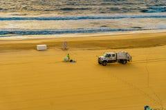 Il sentiero costiero, Virginia Beach degli Stati Uniti 12 settembre 2017 i lavoratori di risanamento pulisce la spiaggia ed elimi immagini stock libere da diritti