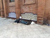 il senzatetto dorme in via Fotografia Stock Libera da Diritti