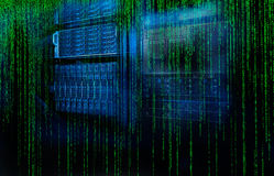 Il server della lama di codice della matrice è un primo piano con motiom e sfuocatura Immagini Stock