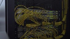 Il server ottico ? situato dietro la porta del ferro della stanza del server del centro dati stock footage