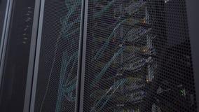 Il server ottico ? situato dietro la porta del ferro della stanza del server del centro dati Vista attraverso gli sfiati rotondi  video d archivio