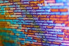 Il server registra l'analisi Codice del HTML del sito Web sulla foto del primo piano dell'esposizione del computer portatile Codi immagine stock