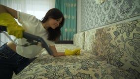 Il servizio che pulisce il sofà e la sedia sporchi con un utensile speciale, detersivo è applicato Pulendo con gli strumenti prof stock footage