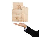 Il servizio pacchi postali della tenuta dell'uomo d'affari inscatola a disposizione, affare del carico dell'industria della conse Immagini Stock Libere da Diritti