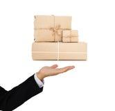 Il servizio pacchi postali della tenuta dell'uomo d'affari inscatola a disposizione, affare del carico dell'industria della conse Immagine Stock Libera da Diritti