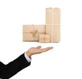 Il servizio pacchi postali della tenuta dell'uomo d'affari inscatola a disposizione, affare del carico dell'industria della conse Fotografia Stock Libera da Diritti
