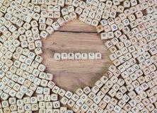 Il servizio, testo tedesco per servizio, parola nelle lettere sul cubo taglia sulla tavola fotografie stock libere da diritti