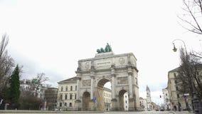 Il Siegestor, arco trionfale famoso ha incoronato con una statua della Baviera e dei leoni video d archivio