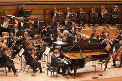 Il SIG. orchestra sinfonica effettua Immagine Stock Libera da Diritti