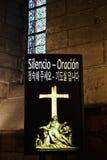 Il silenzio firma dentro una chiesa Fotografia Stock