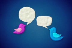 Il simbolo degli uccelli continua il dialogo a vicenda fotografia stock