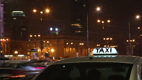 Il simbolo del taxi sui precedenti del traffico cittadino di notte stock footage