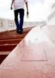 Il simbolo della freccia sulla pavimentazione Fotografie Stock Libere da Diritti