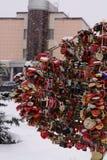 Il simbolo della serratura di amore ha appeso su un albero e getta la chiave Fotografia Stock