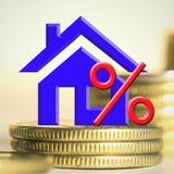 Il simbolo delle percentuali sui precedenti del bene immobile e dei soldi Immagini Stock Libere da Diritti