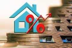 Il simbolo delle percentuali sui precedenti del bene immobile e dei soldi Fotografia Stock
